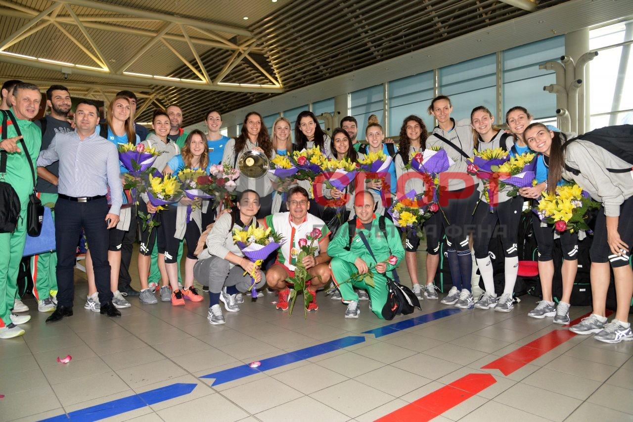 Прибиране на национален отбор волейбол жени летище (14)