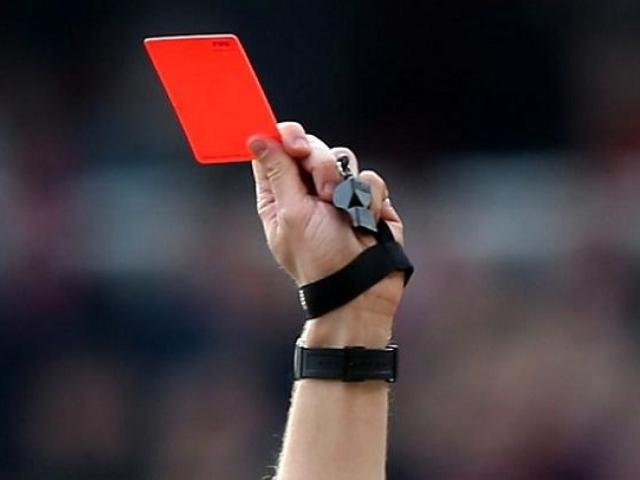 Съдия-показва-червен-картон-2.jpeg