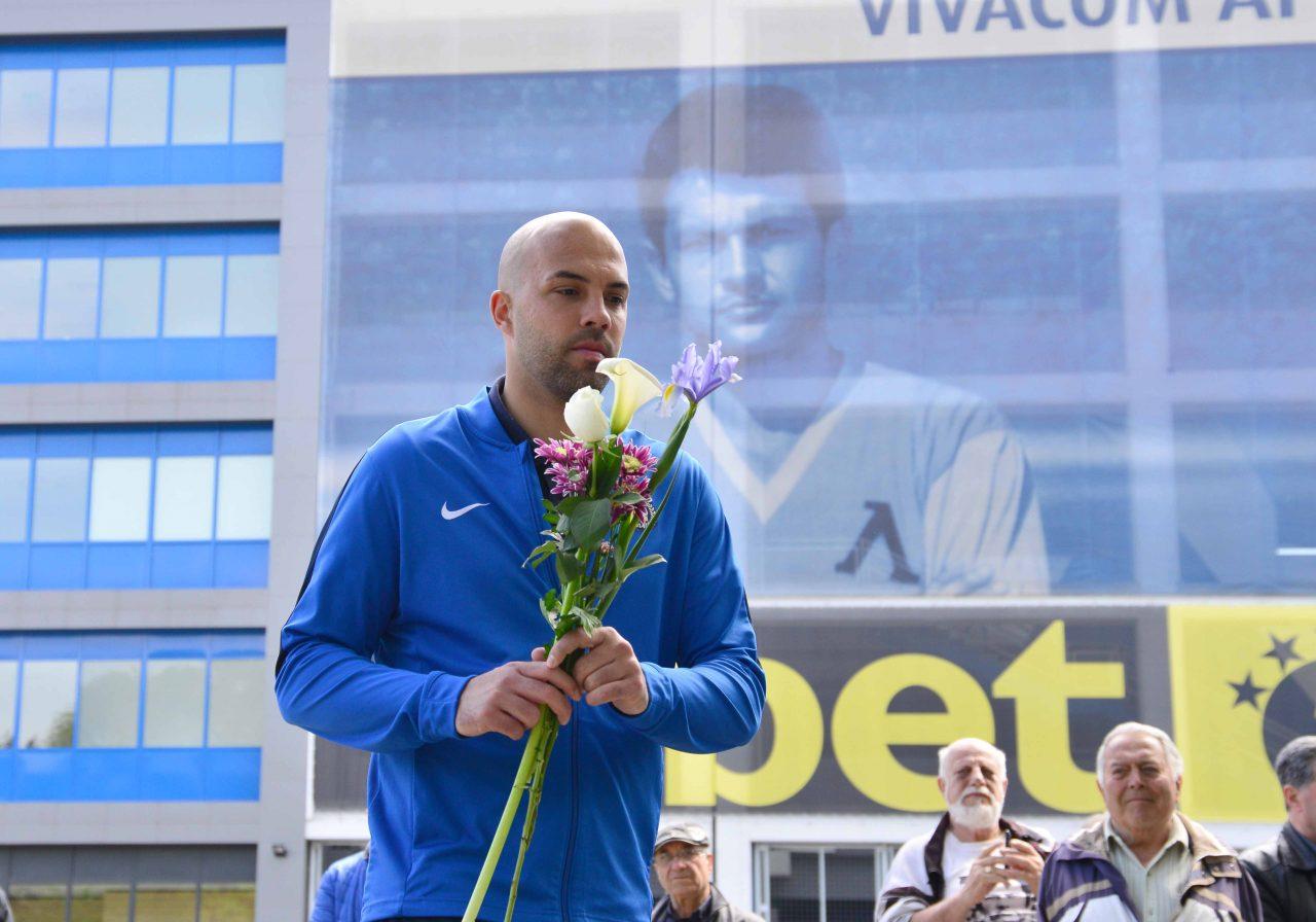 Полагане на цветя пред паметника на Гунди 11