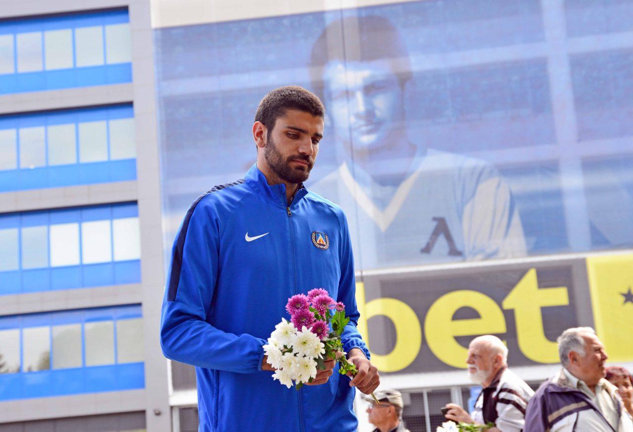 Полагане на цветя пред паметника на Гунди 13