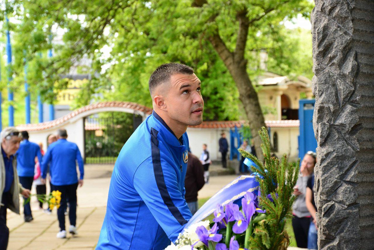 Полагане на цветя пред паметника на Гунди 19