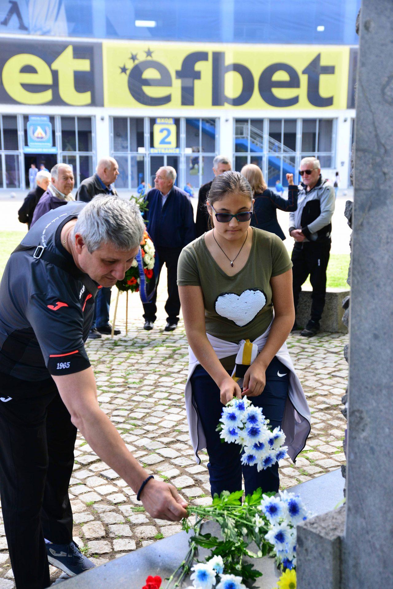Полагане на цветя пред паметника на Гунди 2