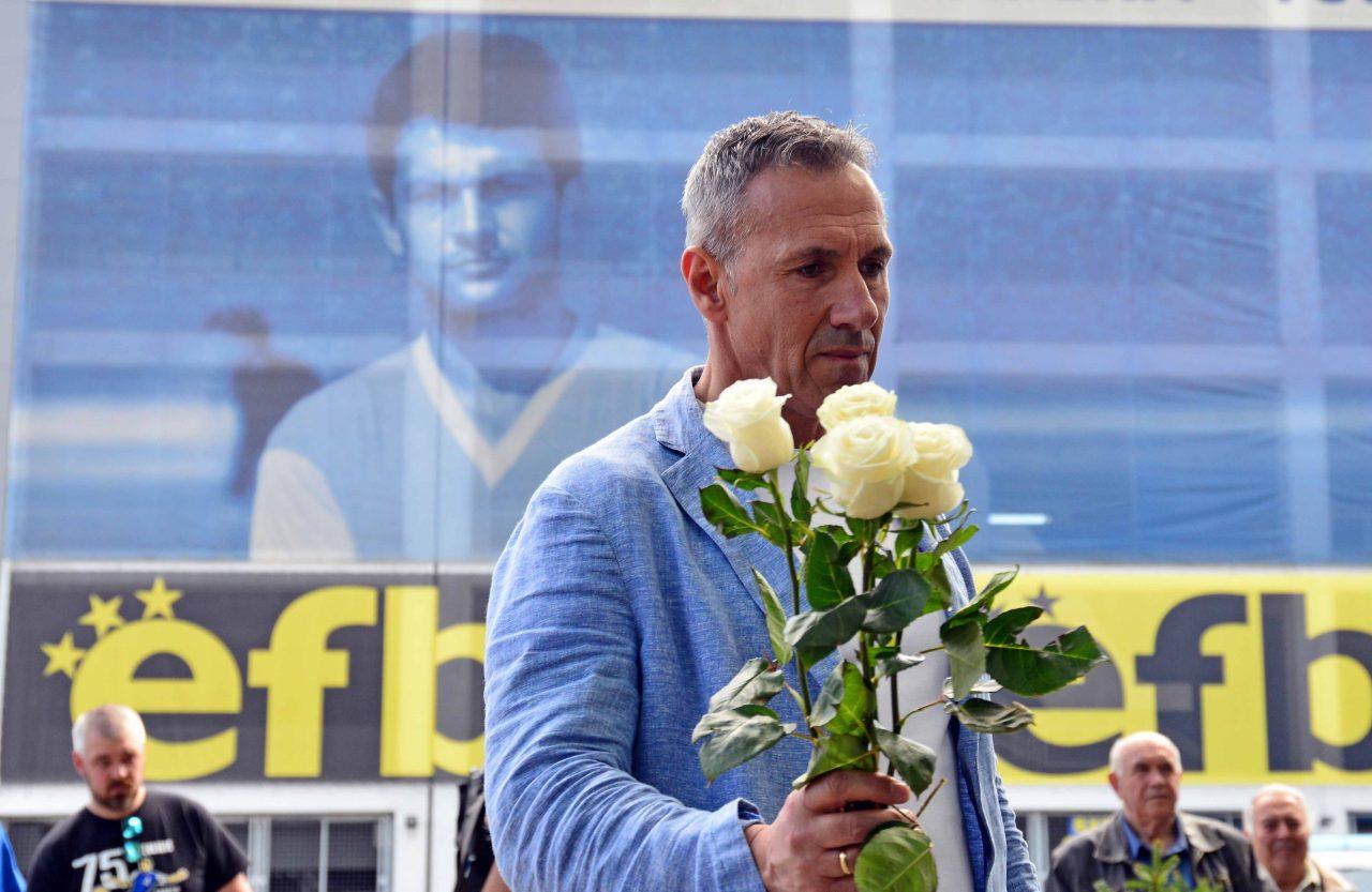 Полагане на цветя пред паметника на Гунди 24