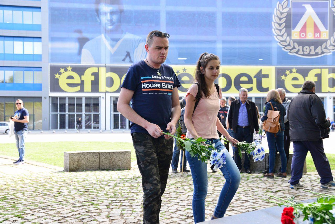 Полагане на цветя пред паметника на Гунди 3