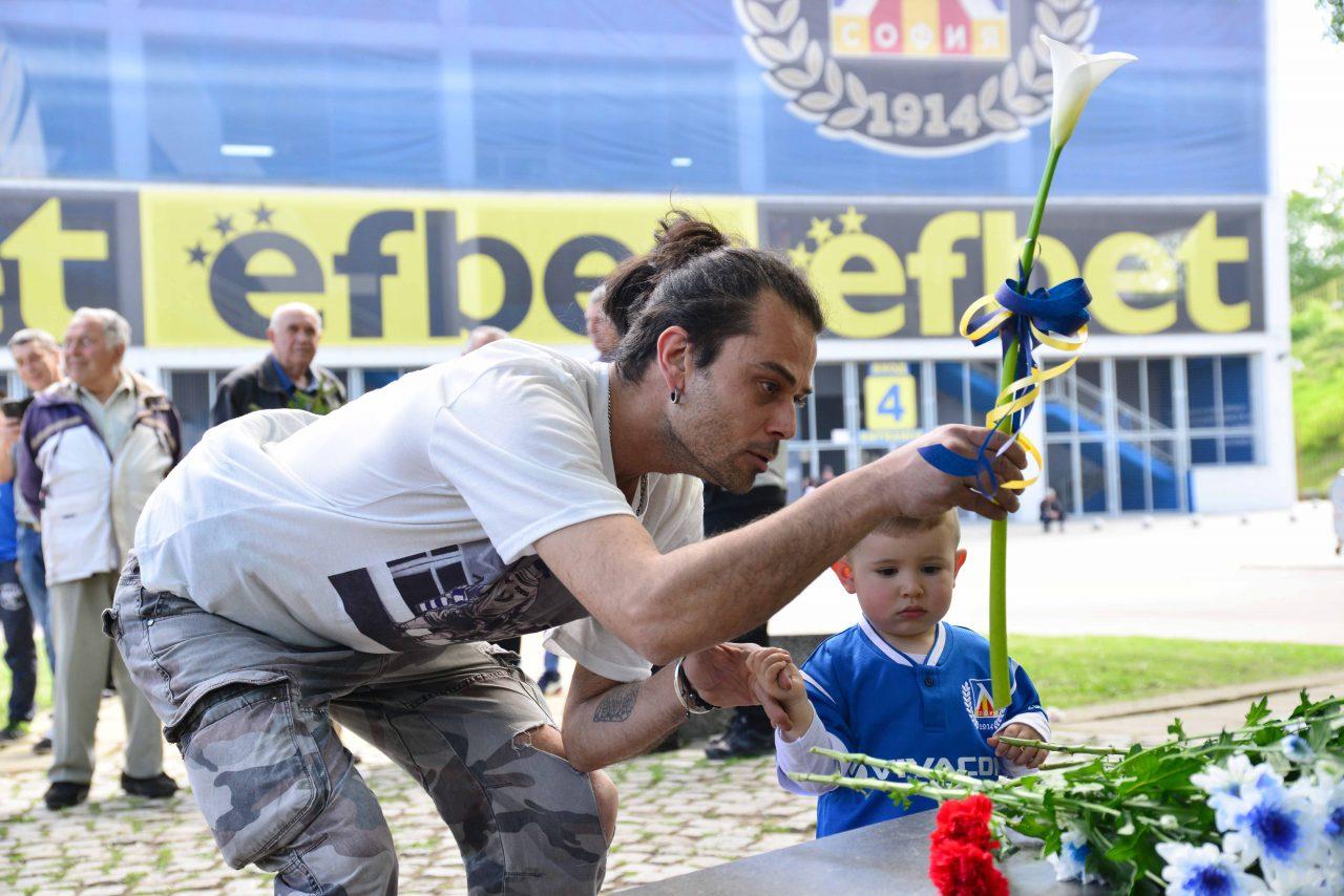 Полагане на цветя пред паметника на Гунди 4
