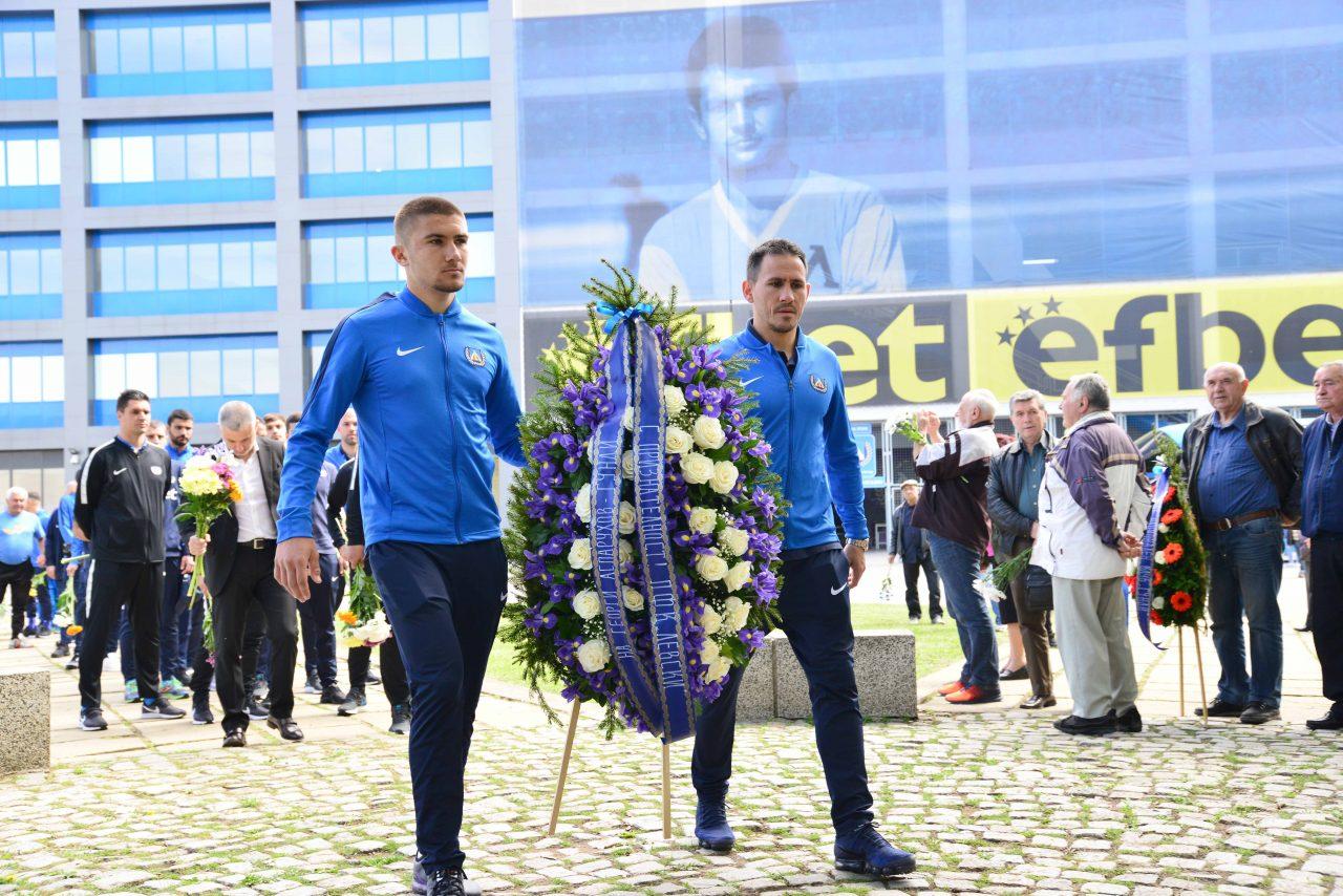 Полагане на цветя пред паметника на Гунди 5