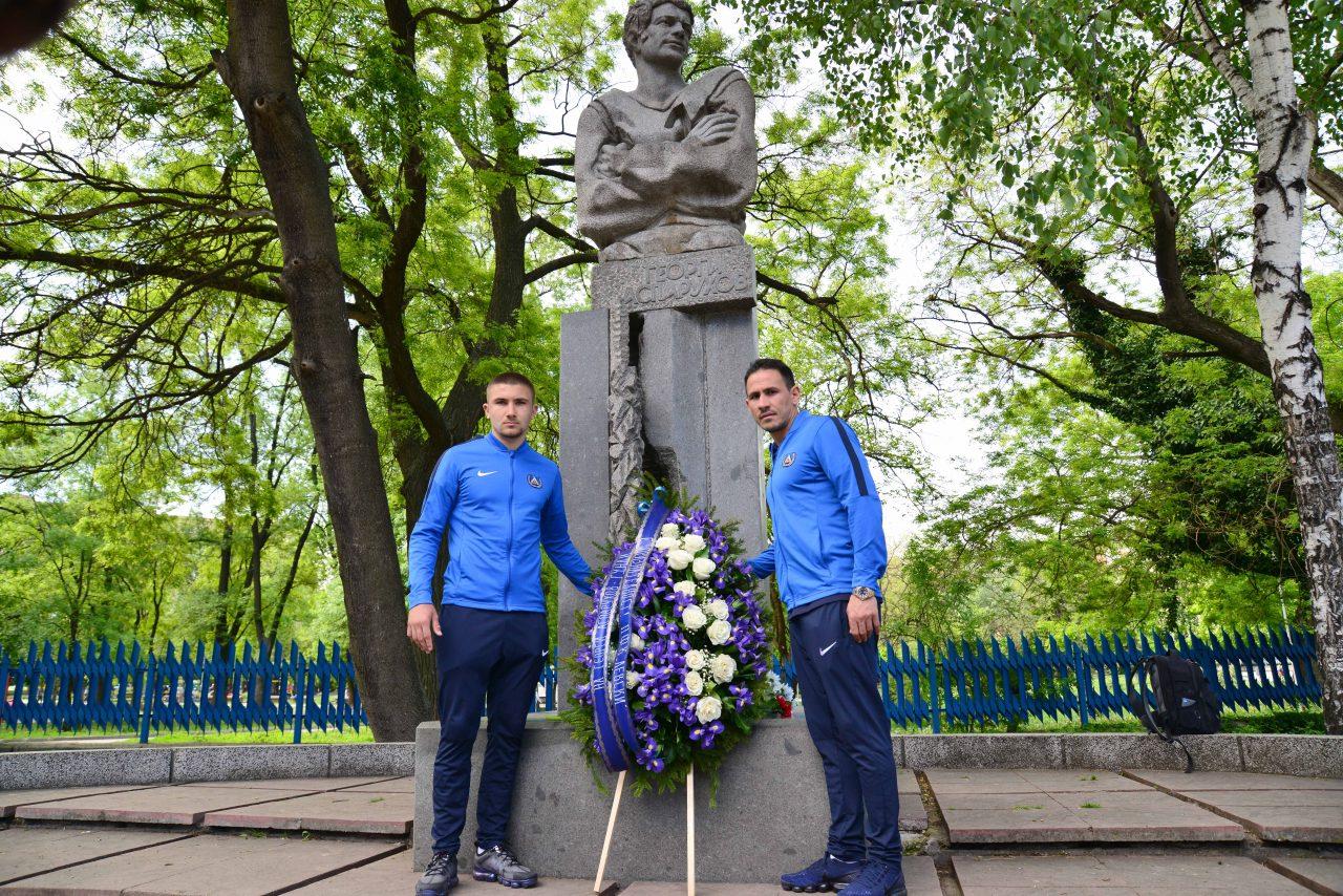 Полагане на цветя пред паметника на Гунди 6