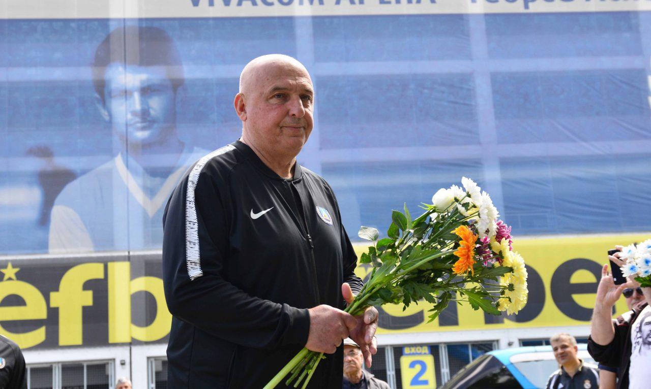 Полагане на цветя пред паметника на Гунди 7