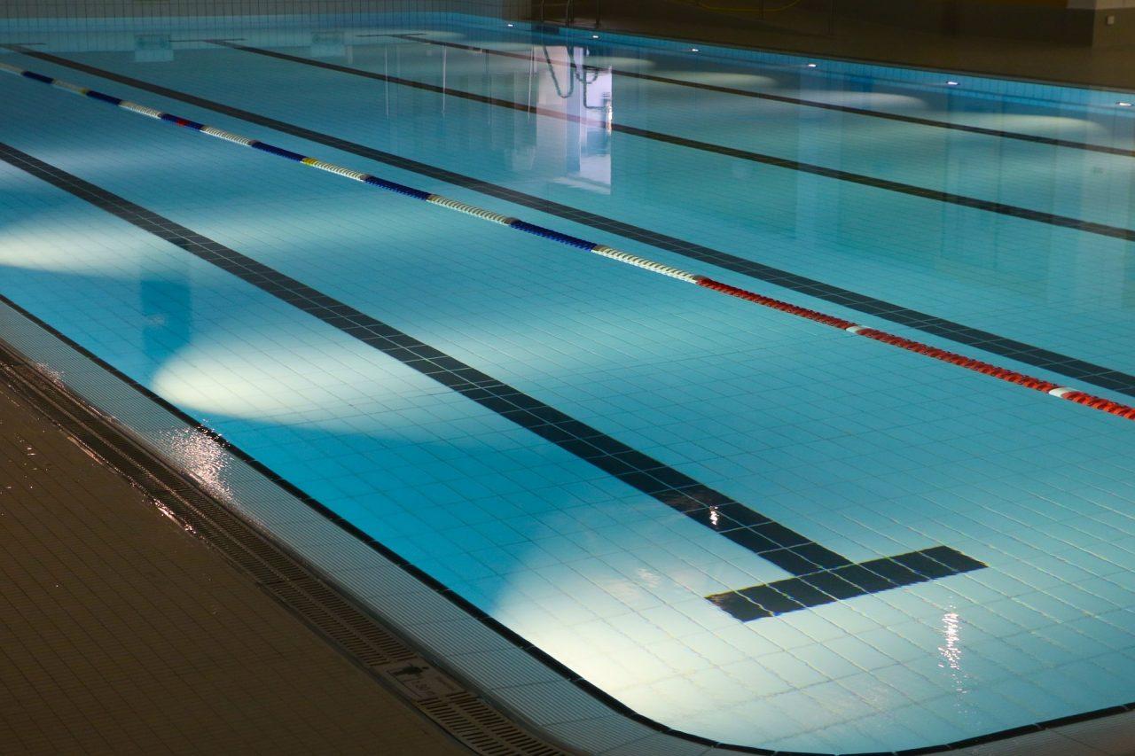 indoor-swimming-pool-735309_1920-1280x853.jpg